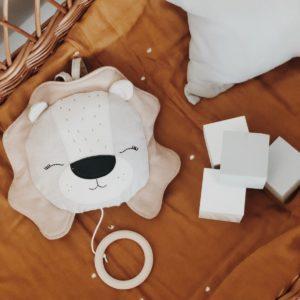 Atelier Maurice – Boîte musicale faite main – Lion beige – Berceuse du marchand de sable