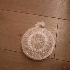 Eponge lavable ronde doublée – Crochetée à la main – Grise et blanche