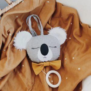 Atelier Maurice – Boîte musicale faite main – Koala, noeud jaune