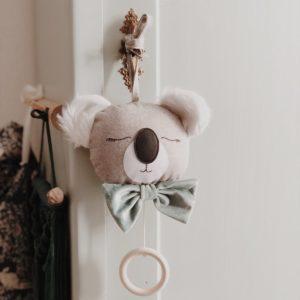 Atelier Maurice – Boîte musicale faite main – Koala, noeud papillon vert – Intouchable